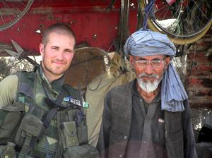 Fredsstyrkan. Mikael Wallman med man från Afghanistan. Foto: TV4.