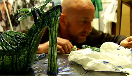 Modeskaparen Martin Bergström handmålar en sko inför sin nya kollektion. foto:SVT