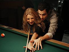 Blake Lively som Serena & Penn Badgley som Dan - Foto:Warner Bros.