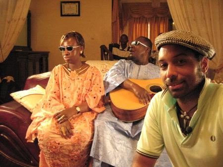I Mali möter Papa Dee bland annat doun Maryam & Ahmadou. Foto: Helene Granqvist