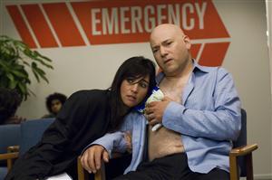 Californication. Episod 7. Charlie (Evan Handler) får uppsöka sjukhuset efter att hans fru Marcy (Pamela Adlon) råkad skada honom när de hade sex. Foto: CBS/TV4.