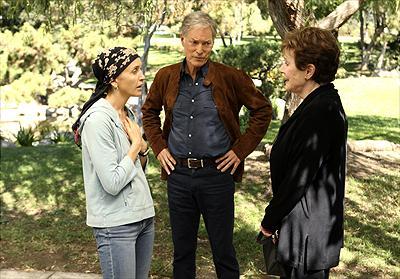 Richard Chamberlain som Glen Wingfield, Felicity Huffman som Lynette Scavo och Polly Bergen som Stella Wingfield. Foto:Disney.