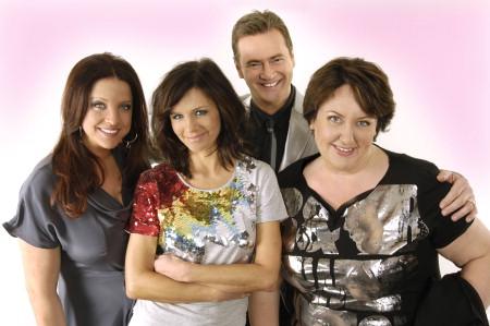 Programledaren Christer Björkman tillsammans med Lena Philipsson, Shirley Clamp och Babben Larsson.