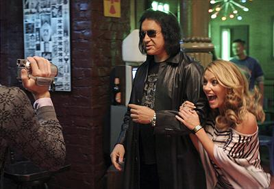 Bla. Gene Simmons som sig själv & Becki Newton som Amanda. Foto:Disney.