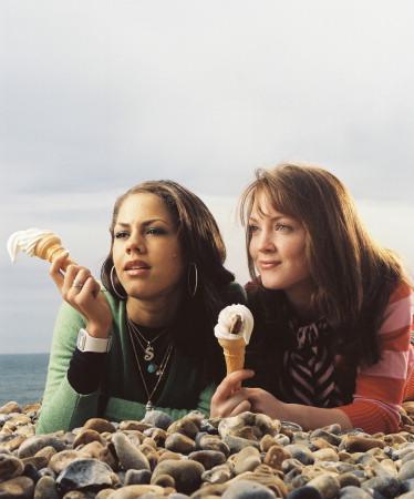 Maria Sweet, även kallad Sugar (Leonora Critchlow) tillsammans med Kim (Olivia Hallinan). © Sony 2007 CPT Holdings, Inc / SVT