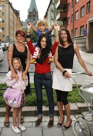 r. v. Pernilla med dottern Camilla, Joni med sonen Silas och Malin med dottern Alicia i vagnen. foto SVT