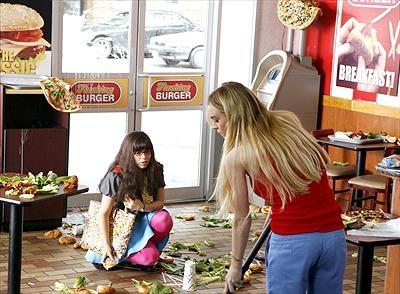 America Ferrera som Betty Suarez och Lindsay Lohan som Hannah.
