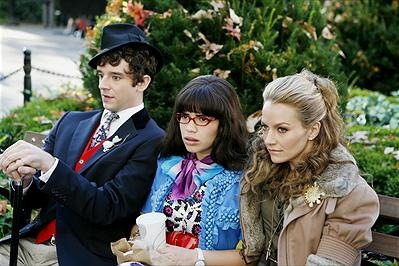 Ugly Betty Michael Urie som Marc, America Ferrera som Betty Suarez och Becki Newton som Amanda. Foto:Disney.